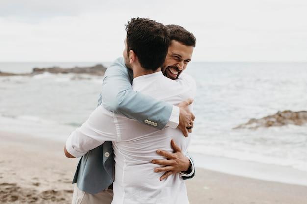 彼の親友を抱き締める新郎