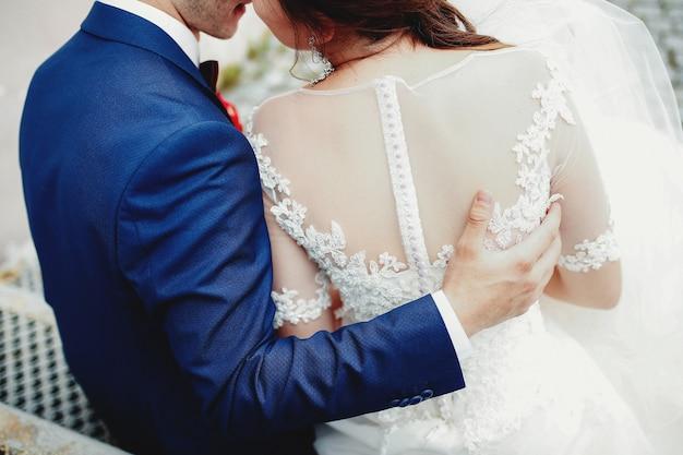 新郎は白いドレスで花嫁を抱きしめます