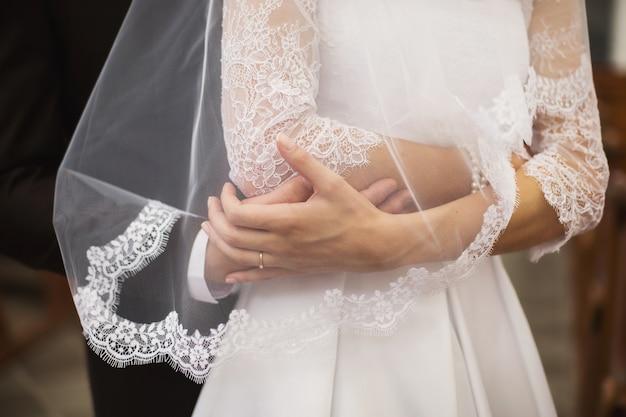 新郎は花嫁を抱擁します