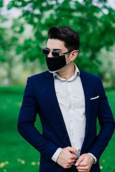 公園での結婚式の前に医療用マスクの新郎
