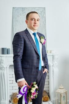 Жених в свадебной одежде на дому