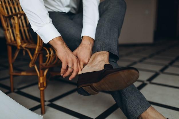Жених в кожаных туфлях