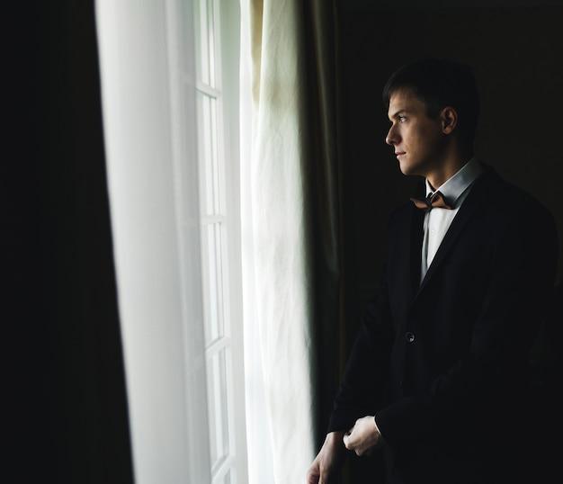 Mattina dello sposo che prepara per il matrimonio e posa