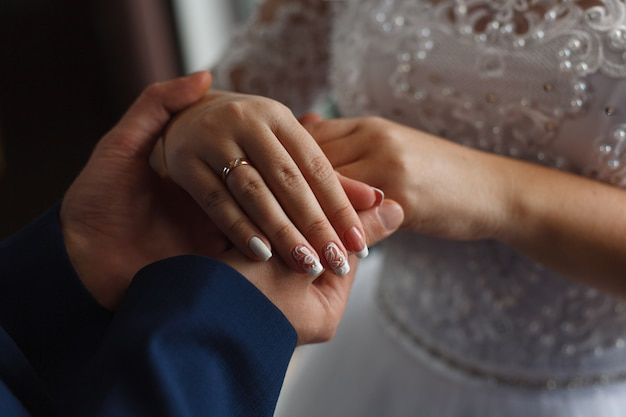 新郎は花嫁のためのリングを置きました。