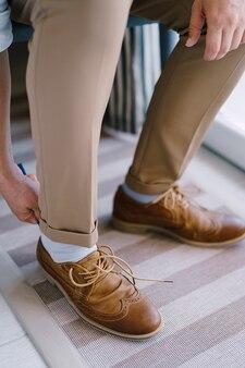 신랑은 그의 다리 근접 촬영에 갈색 브로그를 입는다