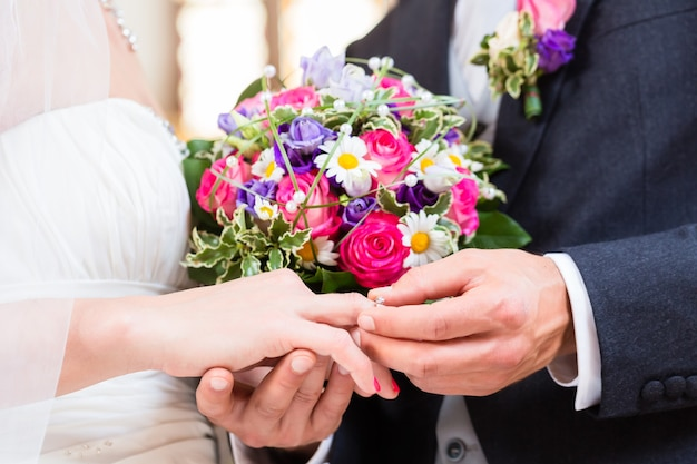 結婚式で花嫁の指に新郎のスリップリング
