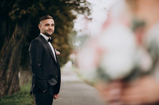 Sposo in una sessione di foto di matrimonio