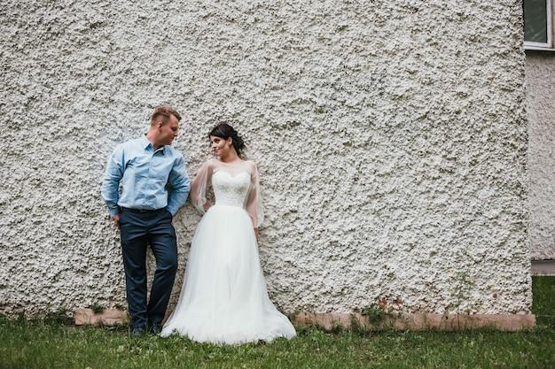 美しい花嫁と花groomの結婚式の日にハグとキス