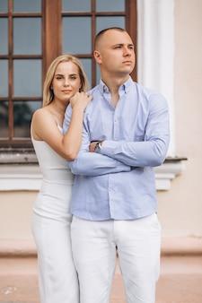 若いカップルの将来の花嫁と花groom
