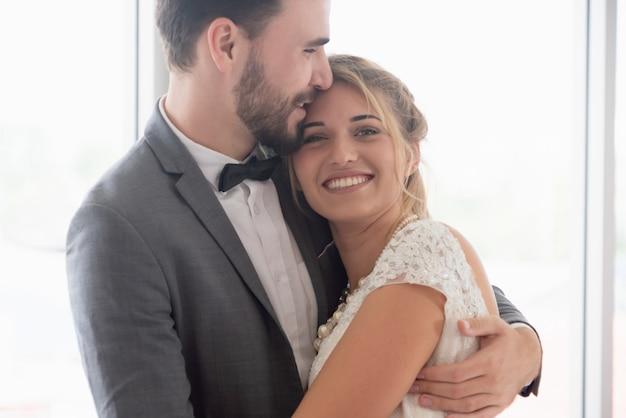 結婚式でのウェディングドレスの花嫁花groom。