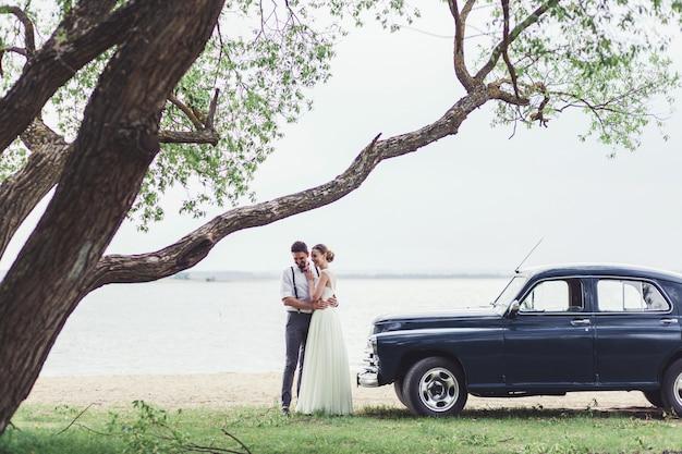 美しい結婚式のカップルの花嫁と花groom