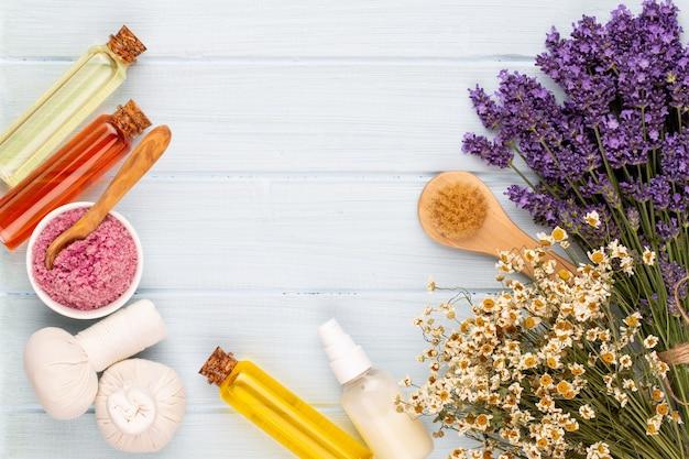 Уход за продуктами и свежий букет лаванды на белом фоне деревянный стол.