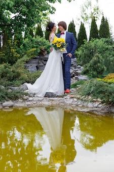 結婚式で新婚した花婿付け添人と新婦付け添人