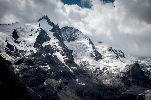 Высокогорная альпийская дорога гросглокнер и ледник пастерце в австрии.