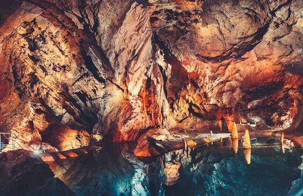洞窟の中の湖の洞窟。タトラ。