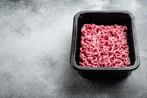 플라스틱 트레이에 갈은 쇠고기 고기