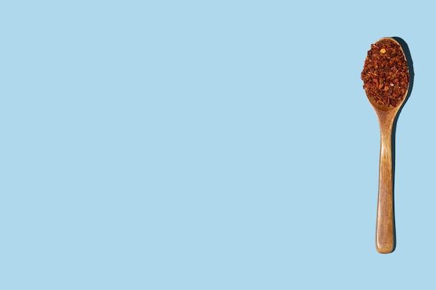 파란색 배경에 나무로되는 숟가락에 지상 고추입니다.