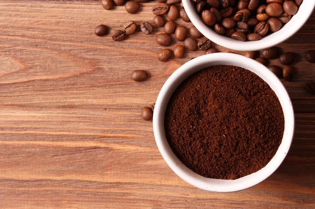 Молотый кофе крупным планом на столе