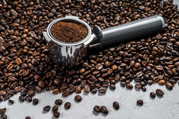 화이트 커피 원두와 에스프레소에 대 한 portafilter에 원두 커피. 평면도.