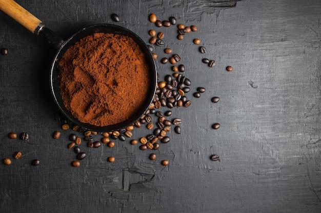 Молотый молотый кофе и жареные кофейные зерна