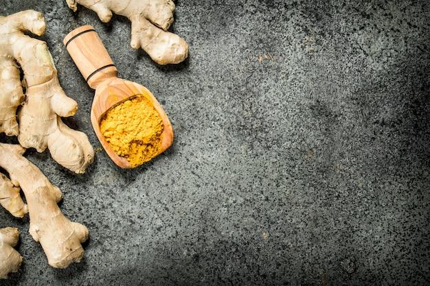 木製のスクープで生姜を挽く。