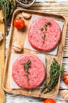 Котлеты из мясного фарша, сырой говяжий фарш