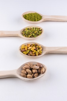 Pistacchi macinati, macinati, frantumati o granulati in cucchiai di legno