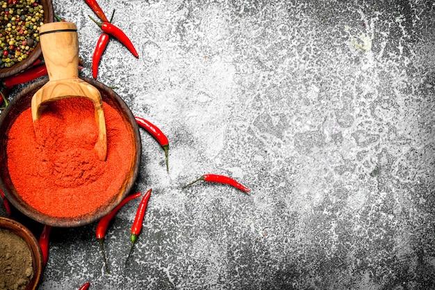 그릇에 갈은 레드 핫 칠리 페퍼스.