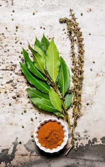 月桂樹の葉とハーブでスパイスを挽く。