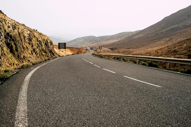 黒いアスファルトの長い道路の地上図