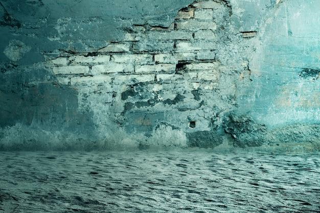 Земля с разрушенной кирпичной стеной