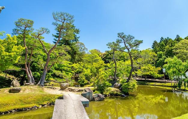 Территория парка нара в регионе кансай, япония