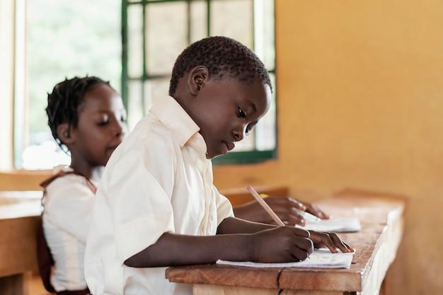 Gruppo di ragazzi africani in aula