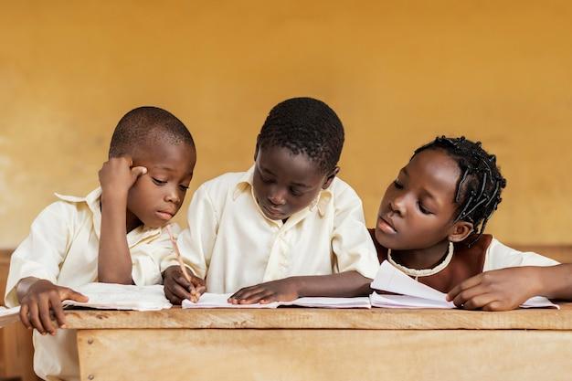 Gruppo di bambini africani che imparano insieme