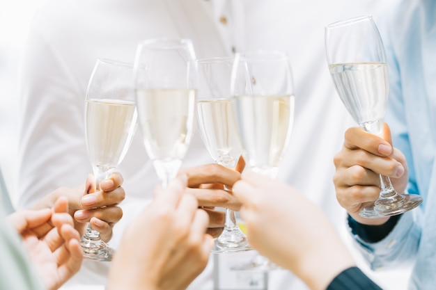 Группа азиатских деловых людей вместе выпивают тост и болтают на корпоративной вечеринке