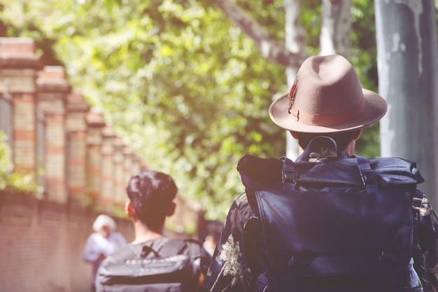 Групповой рюкзак людей на улице дороги в центре города. размытое изображение для. путешественник и туристическая концепция путешествия.