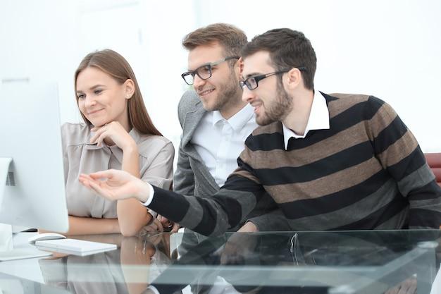 事務室での会議で新しいプロジェクトについて話し合うグループビジネスパートナー