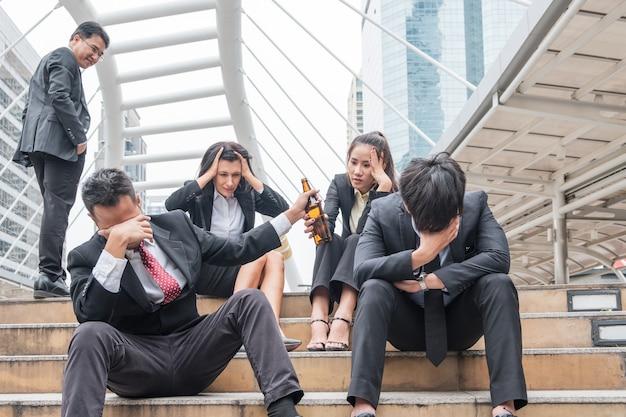 Группа деловых людей конфликт стресса в работе, держа бутылку алкоголя, бизнесмен постоянное презрение