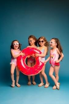Группа детей девочки в купальниках и солнцезащитных очках