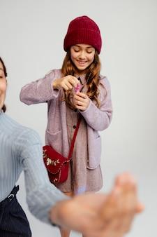 Gruppo di bambini che giocano con le bolle di sapone