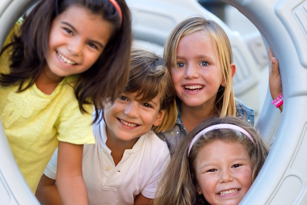 Gruppo di bambini che hanno divertimento nel parco.