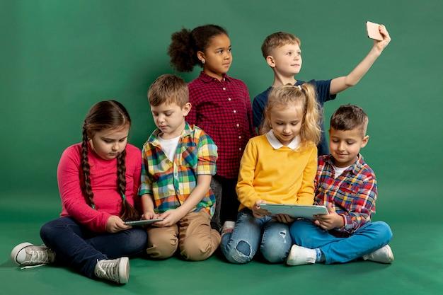 Gruppo di bambini che prendono selfie