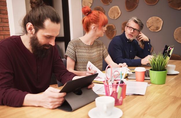 Gruppo di persone creative che analizzano il risultato del lavoro