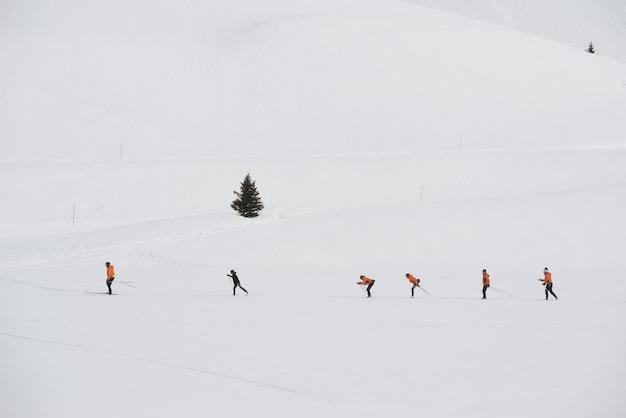 Gruppo di sciatori di fondo che si allenano su una stazione sciistica
