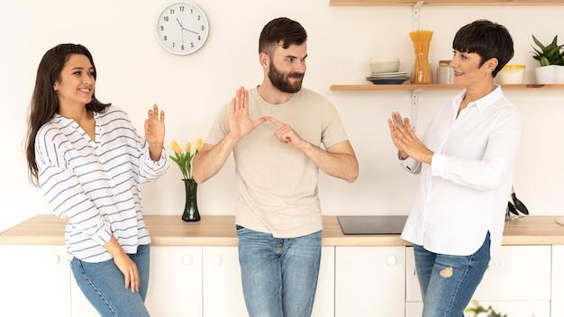 Gruppo di persone sorde che comunicano attraverso il linguaggio dei segni