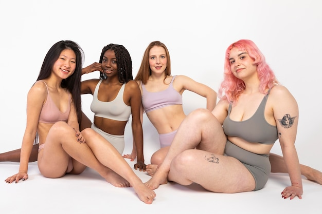 Gruppo di diverse belle donne che mostrano diversi tipi di bellezza