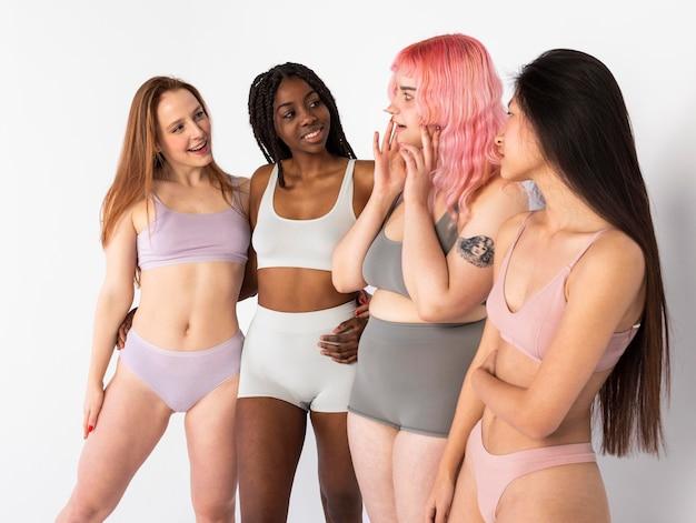 Gruppo di diverse belle donne