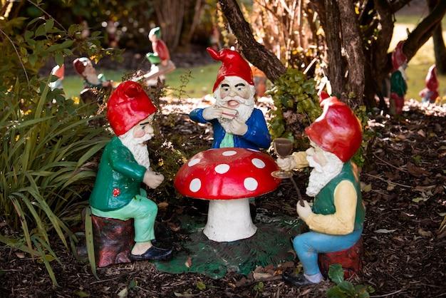 Gruppo di diversi gnomi da giardino divertenti