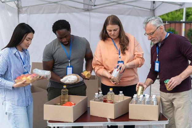 Gruppo di persone diverse che fanno volontariato in un banco alimentare