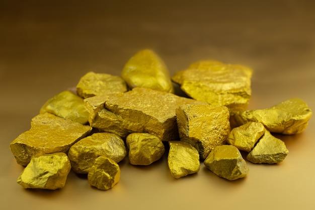 金塊の金塊を金色の背景でグループ化